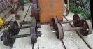 Links zwei umgespurte Achsen von 700 auf 600 mm für unseren Rolli-Wagen. Rechts zwei 700 mm Achsen, die zur Umspurung vorbereitet werden.